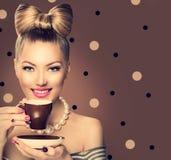 Schoonheidsmeisje het drinken koffie of thee Royalty-vrije Stock Afbeelding