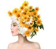 Schoonheidsmeisje met Daisy Flowers Hairstyle Stock Afbeeldingen