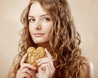 Schoonheidsmeisje met koekje stock foto's