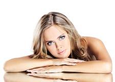 Schoonheidsmeisje met make-up brushe royalty-vrije stock afbeelding