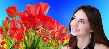 Schoonheidsmeisje met Mooie tuin verse kleurrijke tulpen Royalty-vrije Stock Afbeelding