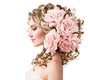 Schoonheidsmeisje met roze bloemenkapsel stock foto's