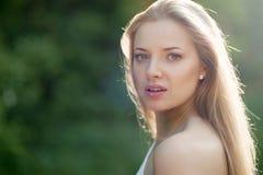 Schoonheidsmeisje. Portret van mooie jonge vrouw die u bekijken. O stock foto