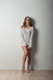 Schoonheidsmeisje in witte trui Royalty-vrije Stock Afbeelding