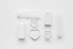 Schoonheidsmiddel dat voor huidzorg wordt geplaatst op wit achtergrond hoogste meningsmodel Stock Afbeelding