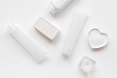 Schoonheidsmiddel dat voor huidzorg wordt geplaatst op wit achtergrond hoogste meningsmodel Royalty-vrije Stock Afbeeldingen