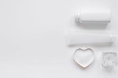 Schoonheidsmiddel dat voor huidzorg wordt geplaatst op wit achtergrond hoogste meningsmodel Stock Fotografie