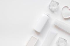 Schoonheidsmiddel dat voor huidzorg wordt geplaatst op wit achtergrond hoogste meningsmodel Royalty-vrije Stock Afbeelding