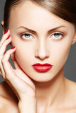 Schoonheidsmiddel. De vrouwenmodel van de luxe met aantrekkingskrachtsamenstelling Royalty-vrije Stock Foto's