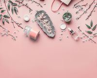 Schoonheidsmiddel en huidzorgconcept Diverse gezichts anti-veroudert producten op pastelkleur roze achtergrond met kers komen en  royalty-vrije stock afbeeldingen