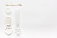 Schoonheidsmiddel in lichaamsverzorgingconcept wordt geplaatst op wit achtergrond hoogste meningsmodel dat Stock Fotografie