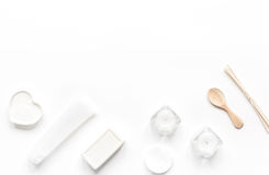 Schoonheidsmiddel in lichaamsverzorgingconcept wordt geplaatst op wit achtergrond hoogste meningsmodel dat Stock Foto