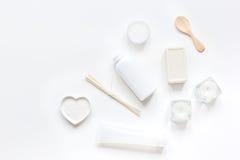 Schoonheidsmiddel in lichaamsverzorgingconcept wordt geplaatst op wit de meningsmodel dat van de lijstbovenkant Royalty-vrije Stock Foto