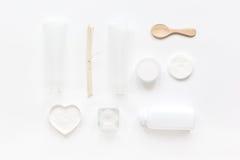 Schoonheidsmiddel in lichaamsverzorgingconcept wordt geplaatst op witte lijst hoogste mening die als achtergrond Royalty-vrije Stock Foto