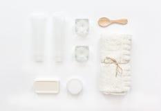 Schoonheidsmiddel in lichaamsverzorgingconcept wordt geplaatst op witte lijst hoogste mening die als achtergrond Royalty-vrije Stock Afbeelding