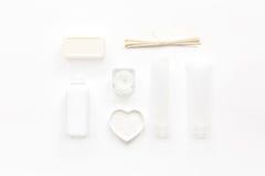 Schoonheidsmiddel in lichaamsverzorgingconcept wordt geplaatst op witte lijst hoogste mening die als achtergrond Stock Foto