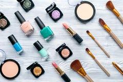 Schoonheidsmiddel met oogschaduw op van de vrouwenlijst hoogste mening die als achtergrond wordt geplaatst Royalty-vrije Stock Afbeelding