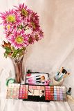 Schoonheidsmiddelen en bloemen Royalty-vrije Stock Foto's