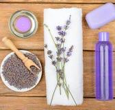 Schoonheidsmiddelen en een aromatische die kaars van lavendelbloemen wordt gemaakt op a Stock Foto's