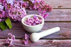 Schoonheidsmiddelen en lilac bloemen stock afbeelding