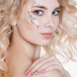 Schoonheidsmiddelen en manicure Het portret van schoonheidsvrouwen van jonge krullende blonde vrouw met pastelkleurmanicure en de Stock Fotografie