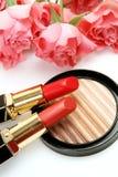 schoonheidsmiddelen en roze bloemen stock fotografie