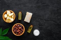 Schoonheidsmiddelen met cacaoboter voor huidzorg Cacaobonen en cacaoboter, zeep, room, olie of lotion in kleine flessen  royalty-vrije stock afbeelding