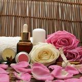 Schoonheidsmiddelen met roze rozen stock afbeelding