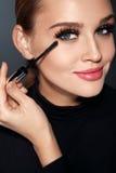 Schoonheidsmiddelen Mooie Vrouw die met Perfecte Make-up Mascara toepassen stock afbeelding