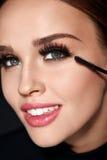 Schoonheidsmiddelen Mooie Vrouw die met Perfecte Make-up Mascara toepassen stock foto's
