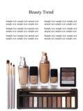 Schoonheidsmiddelen in natuurlijke die kleuren en borstels op witte achtergrond worden geïsoleerd Make-uphulpmiddelen en toebehor Stock Afbeeldingen