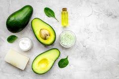 Schoonheidsmiddelen op avocadoolie die worden gebaseerd Room, zeep, kuuroordzout op de grijze ruimte van het achtergrond hoogste  royalty-vrije stock foto's