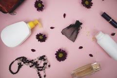 Schoonheidsmiddelen op de lijst bij de vrouw Kosmetische zak, schoonheidsmiddel en hygiëneproducten Roze achtergrond voor tekst stock foto