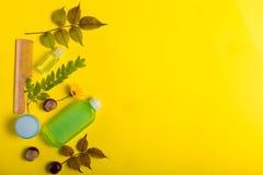 Schoonheidsmiddelen op een gele achtergrond stock fotografie
