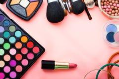 Schoonheidsmiddelen op roze achtergrond Hoogste mening Stock Fotografie