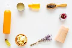 Schoonheidsmiddelen voor haarverzorging met jojoba, argan of kokosnotenolie Flessen en stukken van olie op witte achtergrond hoog royalty-vrije stock afbeeldingen