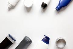 Schoonheidsmiddelen voor mensen in fles op witte hoogste mening als achtergrond stock fotografie