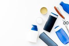 Schoonheidsmiddelen voor mensen` s haar De flessen met shampoo en gel, hulpmiddelen om te borstelen, sciccors op witte hoogste me royalty-vrije stock afbeelding