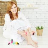 Schoonheidsmiddelen - vrouw met nagellak royalty-vrije stock foto's