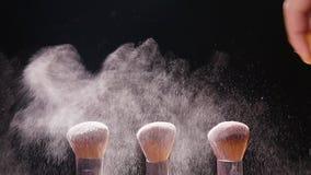 Schoonheidsmiddelenborstels en poeder van de explosie het kleurrijke make-up stock footage