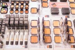 Schoonheidsmiddelenwinkel met grote verscheidenheid van producten van merk Kiko Milano Stock Afbeeldingen