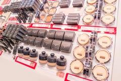 Schoonheidsmiddelenwinkel met grote verscheidenheid van producten van merk Kiko Milano Royalty-vrije Stock Foto
