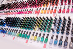 Schoonheidsmiddelenwinkel met grote verscheidenheid van producten van merk Kiko Milano Stock Afbeelding