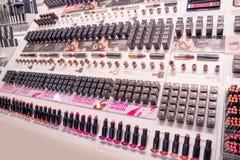 Schoonheidsmiddelenwinkel met grote verscheidenheid van producten van merk Kiko Milano Royalty-vrije Stock Afbeelding