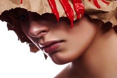 Schoonheidsmodel met gevouwen Pakpapier op haar Hoofd royalty-vrije stock afbeeldingen