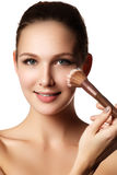 Schoonheidsmodel met make-upborstel Helder maak donkerbruine woma goed stock foto