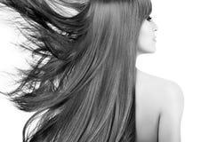 Schoonheidsmodel met schitterend lang haar die aan de kant blazen royalty-vrije stock foto
