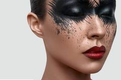 Schoonheidsmodel met zwarte Verfvlekken op Gezicht stock afbeelding