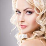 Schoonheidsportret van aantrekkelijke blonde vrouw met krullend haar en een mooi kapsel Make-up en schoonheidsmiddelenconcept Royalty-vrije Stock Fotografie