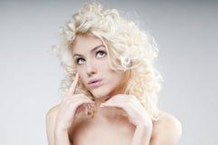Schoonheidsportret van aantrekkelijke jonge blondevrouw Stock Foto